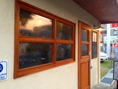 木窓とドアのガラスには見えるようで見えない気泡ガラスをインストール!