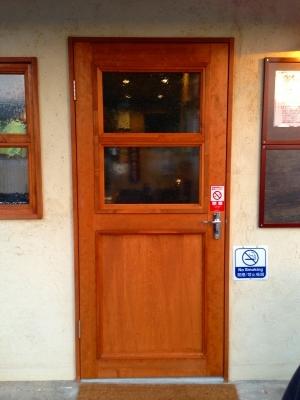 ドアノブはご支給品 ドアは栂材を使用