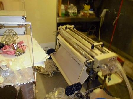 専用のこの機械で壁紙に糊をつけ、長さもカット