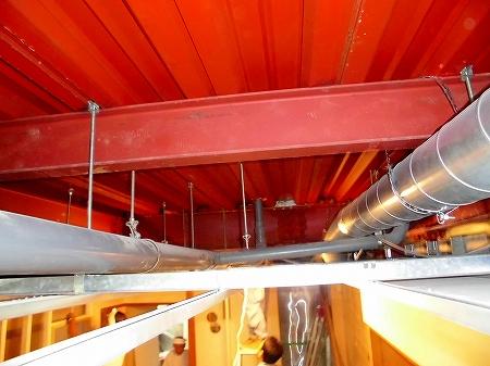鉄骨の梁と天井下地の間が狭いところで約20cm換気配管を250φか150φにサイズを変えながら配管致しました。