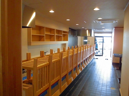 残すは店内清掃と設備配管の接続 鉄板の搬入設置です。