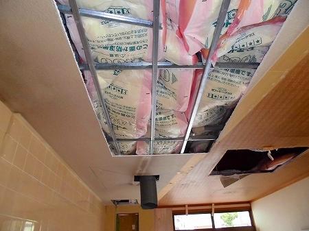 天井配管も終了し、2階が住居の為、防音用に断熱材を敷き込みました