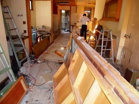 さぁ工事開始です。 まずは、解体からです カウンターや座敷部分を 撤去しております