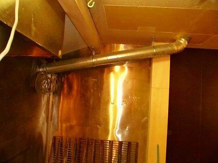 次工程では、厨房内の壁面を清掃し油を根こそぎ落とします