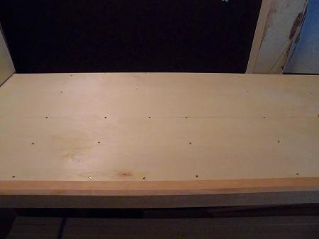 天板上面のベニヤ板を貼り