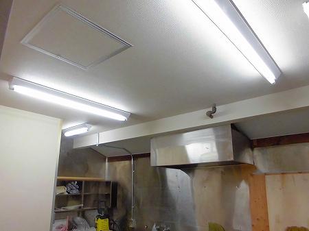 厨房の蛍光灯も取り付け完了