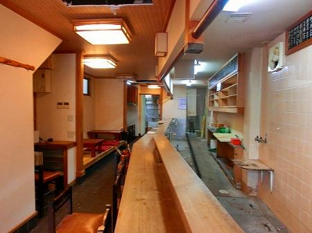 間口が狭く奥行きが広いテナントで客席側がとても狭く厨房側が広めの店舗です