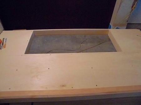 トリマーと呼ばれる機械を使い、ベニヤ板をくりぬきます