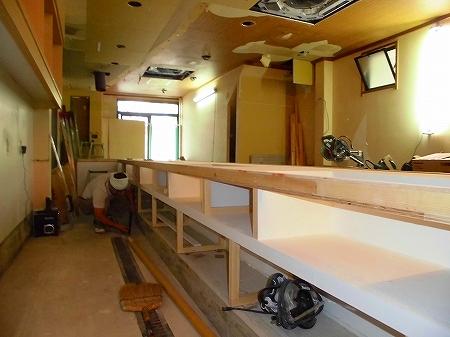 埋め込み用の鉄板は保温専用の為、下地は木・上貼りは不燃材を貼りました