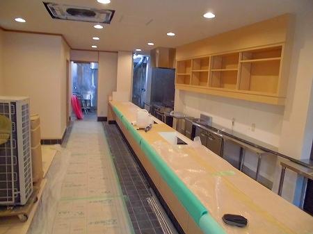 店内では厨房機器の搬入設置