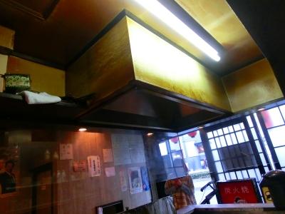 排気フードや天井からは歴史を感じ取れます 後に施主様が磨き上げる予定です