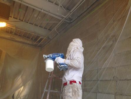 錆止め塗装+5分艶の白塗装で天井部分を吹き付けて いきます