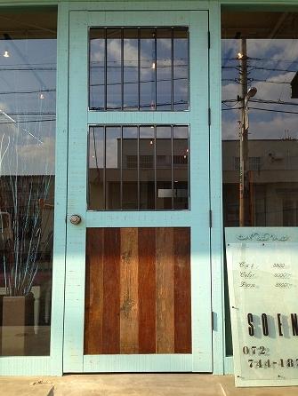 フロントドアはH2300*W900の 少し大きめの木製ドアです
