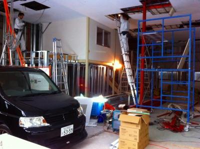 まずは何事も仕込が大事! 天井の配線工事開始です