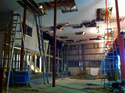 天井がめくれているのは 電線を入れるためののぞき穴と補修の為です 天井が高いので脚立でかっ!