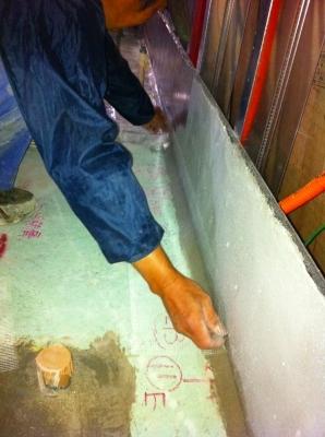 ここからが大切な工事 防水です。 角の部分はネットテープで補強して 塗膜防水! これで厨房を水洗いしても安心 コストの加減で1階は 防水しない場合もありますが 基本に忠実に、、、