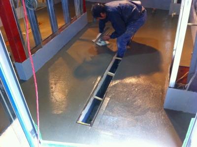防水の上に塗膜保護の為、セメントを流し込み! このとき溝に水が流れるように傾けてるぜ! このように厨房はやることが多いのでコストが集中します 居抜き物件などで厨房そのまま再利用とでは 大きくコストが変わるでしょう しかし居抜き厨房で器具の位置移動がある場合は 露出配管でない限りもっとコストがかかる場合があります また、2階テナントなどでは防水があるので 露出配管でしか対応できない場合もありんす