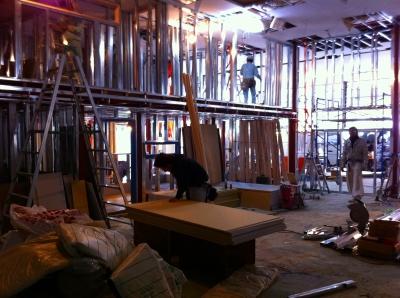 下地工事が進行中 銀色の鉄の柱は壁パネルを貼りつける為の柱です