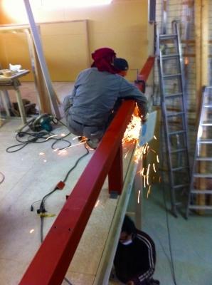 2階席は危ないので手摺の下地を溶接固定 火の粉が下にいる西山君を強襲 上下作業は安全第一