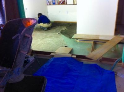 エントランスの床が低いので コンクリートを流しこみ高さを上げることになりました