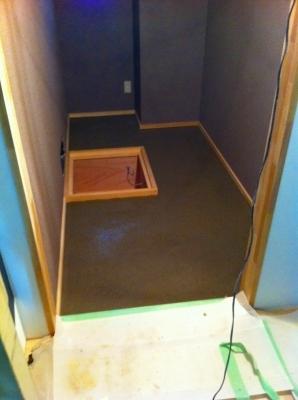 個室の中もでこぼこなので コンクリート流し込み この上に畳を並べます