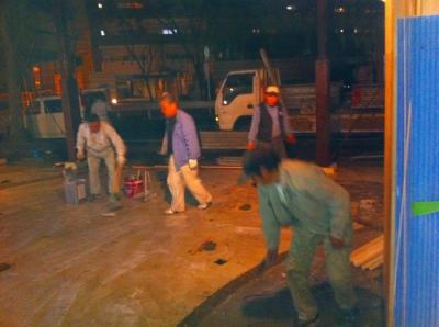 駐車場の土間もコンクリートを流し込むことになったので 接着剤の段取り