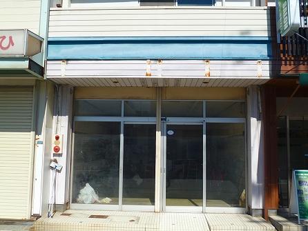 今回の御依頼内容ですが、 鉄骨造2階建ての店舗付き住宅の 1階部分を美容室に改造致します。