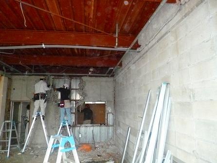 天井・壁の解体も施され鉄骨梁や天井配管が 露わになってきました。 既存の天井から40cm程縦の空間が広がり お店が広く感じられます