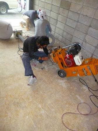 床を研磨する機械の登場です 今回床の仕上げが塗装仕上げの為 床の塩ビシートの糊を研磨します。