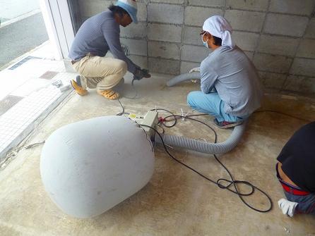 壁際の研磨はベビーサンダーでこれまた研磨致します。