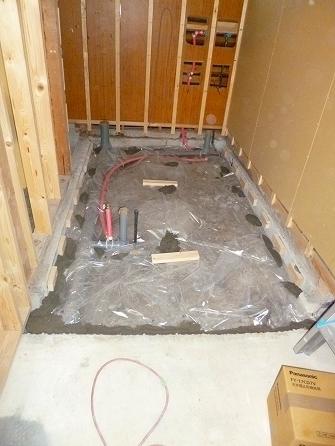 増築部分の床下が土だった為 湿気が上がらないよう防湿シートを 敷き込みました。