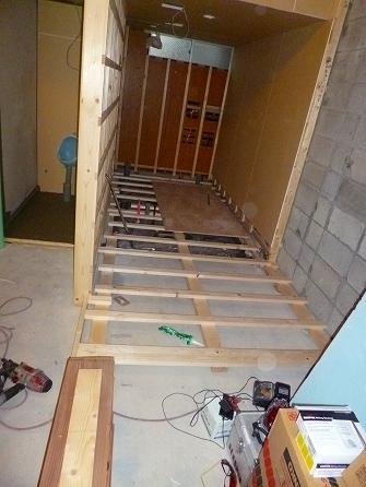 シャンプー台や水廻りを設置する部分のみ 床上げ致します。