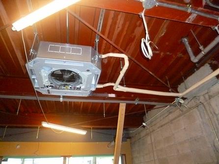 天井の仕上げは吹き付け塗装の為 エアコン・換気扇・設備配管ごと塗装致します。