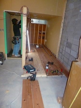 床上げ部分の仕上げは杉の足場板を 綺麗にプレーナー加工した物を使用いたしました