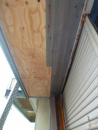 並行して外部のベランダ下の軒天部分には これまた杉材の加工+OS塗装した物を貼りつけていきます