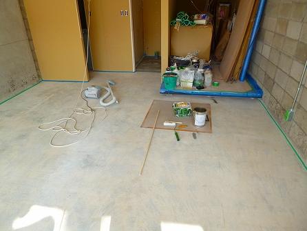 次工程では、研磨した土間を塗装致します。
