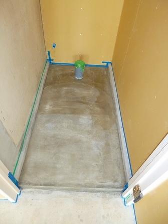 トイレの土間も同色で塗装する為チリ際を 専用のテープで養生致します。