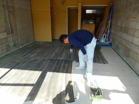 1回目の土間塗装 ローラーで塗り進めますが