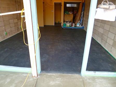 店内土間の塗装終了 色付け3回塗り+塗装の強化材塗布1回+グロスクリア1回の 計5回塗りです。