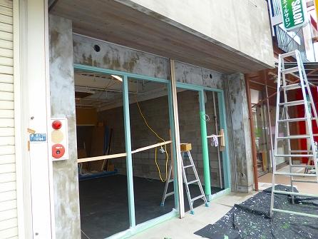 次の日には、左官屋さんが仕上げたモルタルに これまたセメント強化材を塗布いたしました。