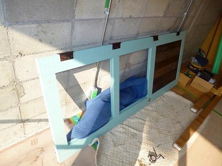 工場で製作した木製ドアも到着 フロントドアを吊り込みます