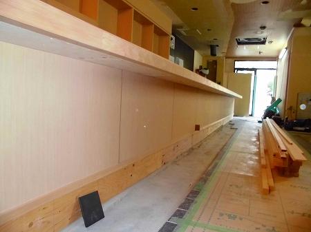 通路側の腰壁はツキ板を ソコ目地で貼り込みます