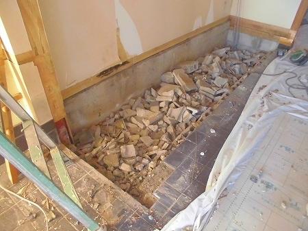 座敷下は既存の床面より 30cm程下がっていたため、斫ガラで穴埋め致しました