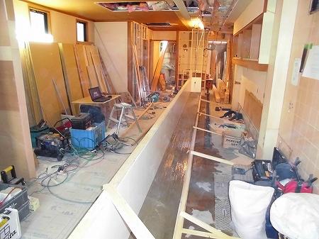 モルタル打設完了 鉄板下の空間を一段モルタルで笠上げし防水兼 収納に致します。