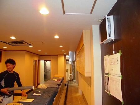 内部では設備工事の仕上げ 電気屋さんが照明器具を取り付けていきます