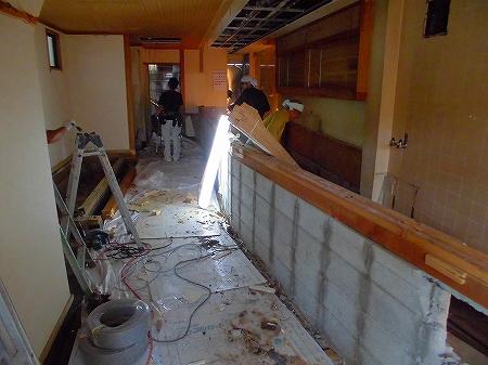 木部分撤去 天井は換気工事が出来るぐらいの大きさで解体
