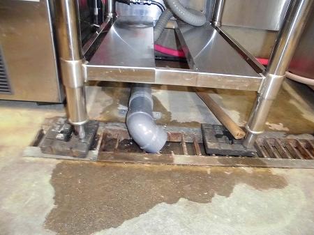 既存の土間を斫らず、露出配管で排水ルート確保