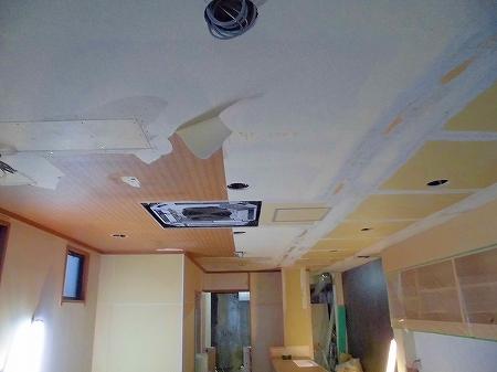 仕上げの装飾工事に移ります。まずは天井をパテ処理し