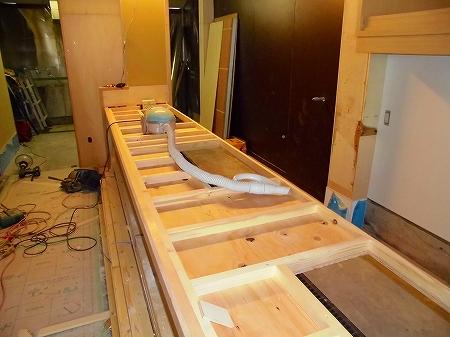 鉄板を埋め込む為の開口を 事前に開けておきます