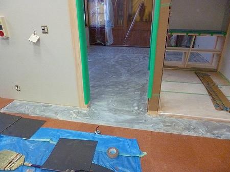 仕上げの床材の施工になります